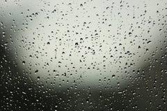 在视窗的雨下落 库存照片