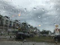 在视窗的雨下落 免版税库存照片