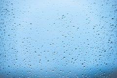 在视窗的雨 库存图片