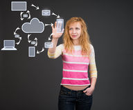 在视觉屏幕附近的妇女。云彩计算的设备。 免版税图库摄影