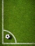 在角球位置橄榄球场顶视图的足球 库存照片