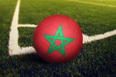 在角球位置,足球场背景的摩洛哥球 r 免版税图库摄影