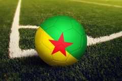 在角球位置,足球场背景的法属圭亚那球 r 库存图片