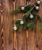 在角落的冷杉分支与在木背景的葡萄酒诗歌选 圣诞节大气 库存图片