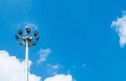 在角落的大聚光灯塔在与Copyspace的蓝天对输入文本 免版税库存照片