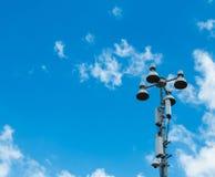在角落的大聚光灯塔在与Copyspace的蓝天对输入文本 免版税库存图片