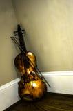 在角落的小提琴。 库存图片