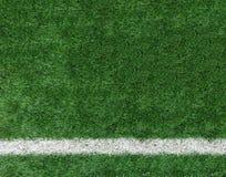 在角落的白色条纹线在人为绿色足球场,对输入文本的Copyspace从顶视图使用了作为模板 免版税库存图片