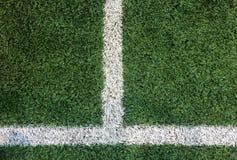 在角落的白色条纹线在人为绿色足球场,对输入文本的Copyspace从顶视图使用了作为模板 库存照片