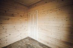 在角落的白色门 空的木房子 免版税图库摄影