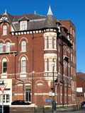 在角落的老红色大厦在southport 免版税库存图片