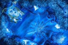 在角落的蓝色狂欢节面具在蓝色背景 免版税库存图片