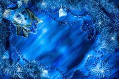 在角落的蓝色狂欢节面具在蓝色背景 图库摄影