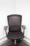 在角落的经理椅子,办公室的黑颜色或见面r 库存图片