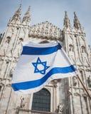 在解放天游行期间的以色列旗子在米兰 库存图片
