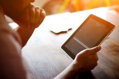 在触摸屏幕垫的企业家或自由职业者工作在办公室 库存图片