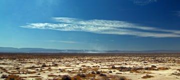 在触毛双突透镜的cloudscape下的加利福尼亚高沙漠Landsccape 库存图片