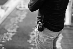 在警卫传送带的专业携带无线电话收音机  库存图片