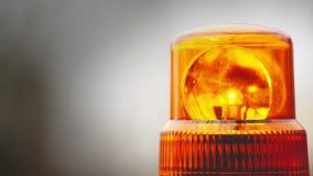在警察、消防员、医院紧急支持和服务车顶部的闪动的旋转的光 股票视频