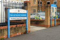 在警察局入口旁边的名字标志 库存图片