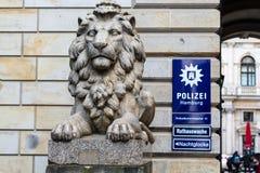 在警察局的狮子雕象在汉堡Rathaus附近 图库摄影