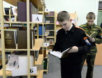 在警察的军校学生军团的图书馆里 库存图片