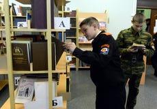 在警察的军校学生军团的图书馆里 免版税库存照片