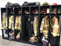 在警报前的消防队员齿轮 库存图片