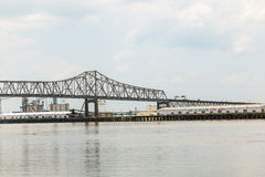 在警棒的密西西比河桥梁 库存图片