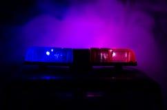 在警车上面的红灯敷金属纸条 在背景的城市光 警察政府概念 库存图片