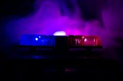 在警车上面的红灯敷金属纸条 在背景的城市光 警察政府概念 图库摄影