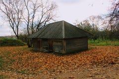 在计数列夫・托尔斯泰庄园的木小屋在Yasnaya Polyana在2017年10月 免版税库存图片