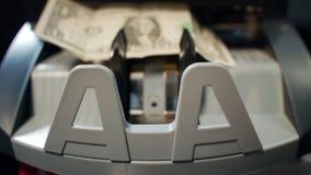 在计数机器的货币的一美金 背景票据硬币概念危机美元责任财务大量关键挂锁分散白色 影视素材