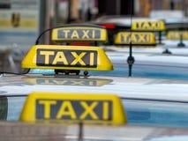 在计程汽车车站的出租汽车 免版税库存图片