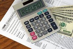 在计算器和报税表的退款文本 库存照片