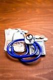 在计算器和金钱的听诊器 免版税库存图片