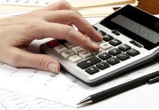 在计算器的现有量有笔和财务纸张的 图库摄影