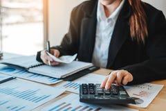 在计算器费用经济事务和市场的女商人会计金融投资 库存照片