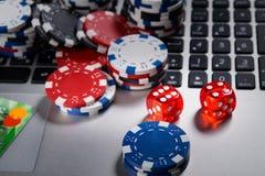 在计算机上在网上演奏模子和金钱,赌博娱乐场的背景 免版税库存照片