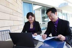 在计算机上的中国男人和妇女 免版税库存图片