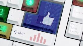 在计算机上的五颜六色的光线影响键盘的动画有社会媒介象标志的和标志按backgrounfd 库存例证