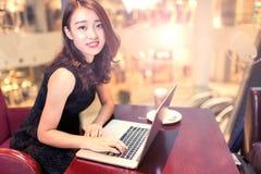 在计算机上的亚裔妇女 免版税库存照片