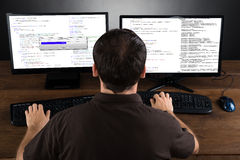 在计算机上的人编程的代码 免版税库存图片