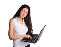在计算机上的俏丽的妇女 免版税库存照片