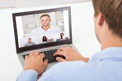 在计算机上的商人视讯会议 免版税库存图片