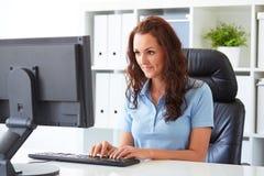在计算机上的女商人文字 图库摄影
