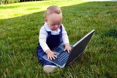 在计算机上的婴孩研究 免版税库存图片