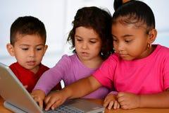 在计算机上的孩子 库存图片