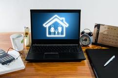 在计算机上的家庭观念在桌面上 免版税库存照片