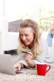 在计算机上的少妇银行业务 免版税库存照片
